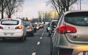 Trafic dense sur une route avec des feux tricolores