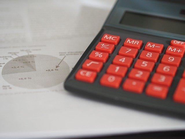 comptable hôtel, calculatrice posé sur feuille