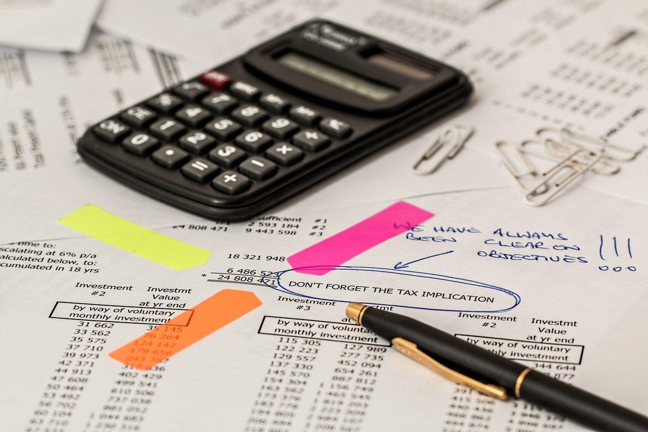 comptable hôtel feuille de compte avec calculatrice